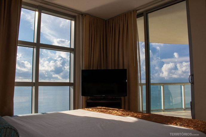 As janelas panorâmicas vão do piso ao teto