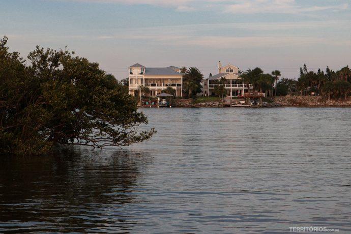 Casas na margem do River Indian Lagoon