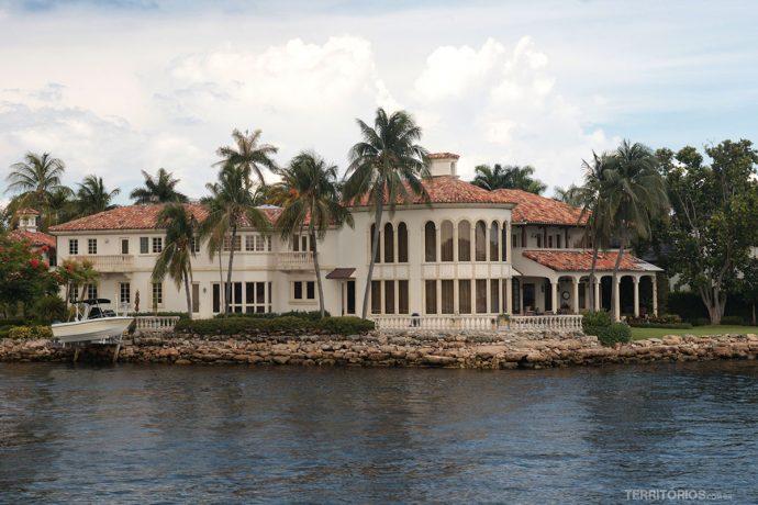 Uma das várias mansões dos canais de Fort Lauderdale