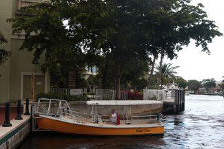 Embarcação pequena do Water Taxi