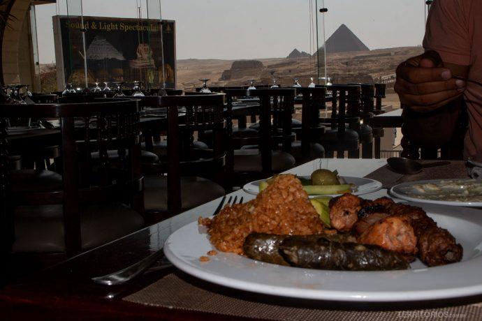 Almoço com vista para algumas das pirâmides do Egito