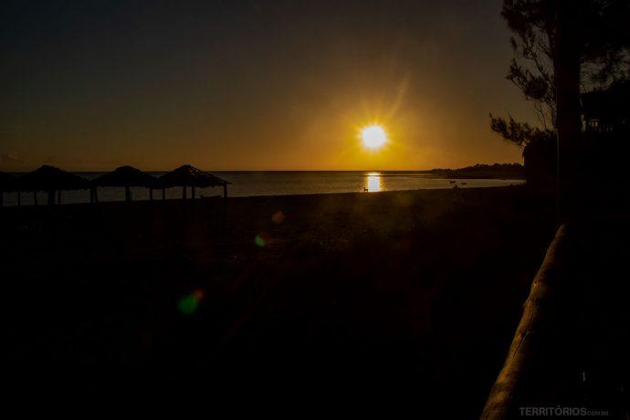 Nascer do sol acontece na mesma praia no mês de junho