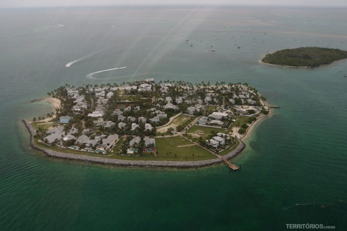 Ilha com mansões tem acesso somente por mar