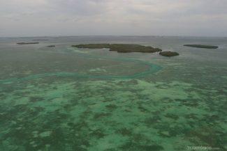 Canal natural entre as ilhas e corais