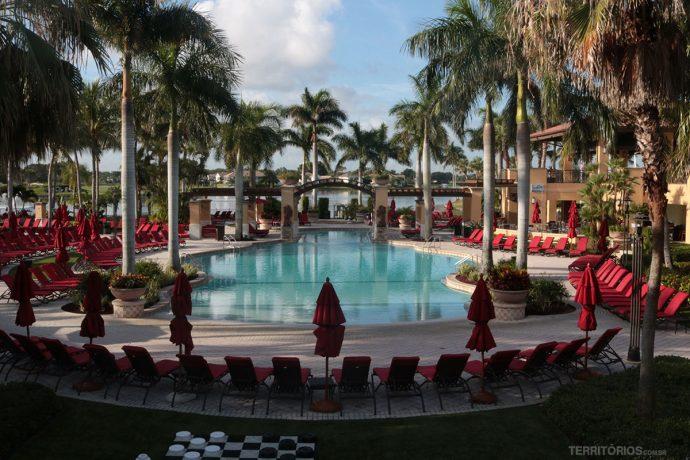 Piscinas são destaque no hotel dado ao golfe e bem estar