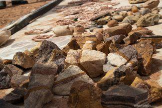 Pedras e cerâmicas vendidas pelos beduínos