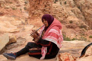 Mulher beduína ganha dinheiro tocando música na zona de sacrifícios