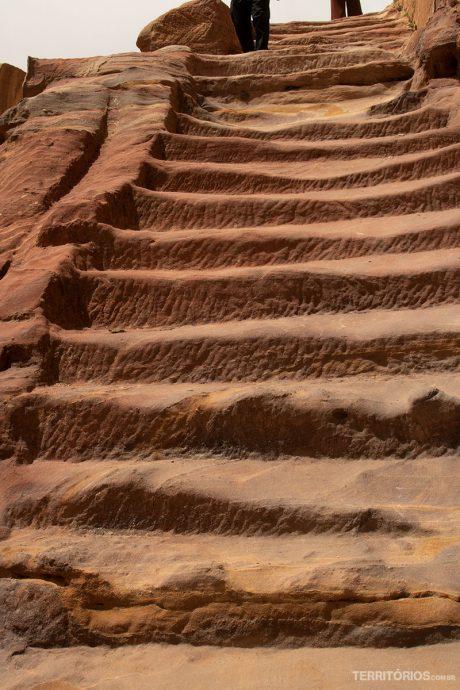 Mosteiro fica na parte mais alta afastada e o acesso é por escadaria de 800 degraus
