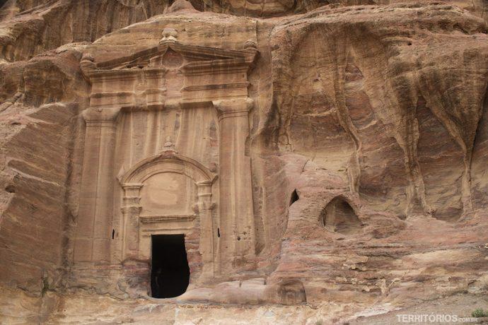 Fachada esculpida na entrada de uma caverna