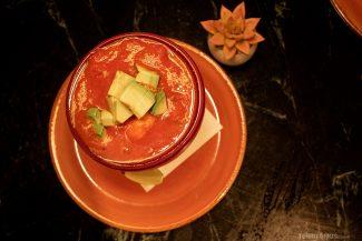 Sopa de tomate com abacate