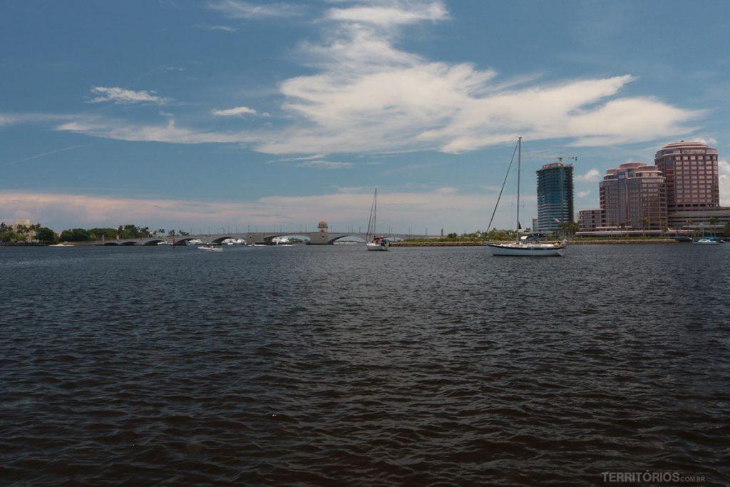 Vista do píer para a ponte que leva a Palm Beach