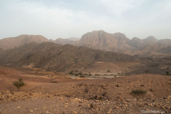 Montanhas trazem cor para o cenário desértico