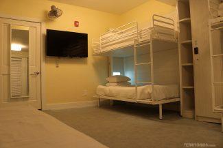 Suíte configurada para 4 camas de solteiro mais sofá