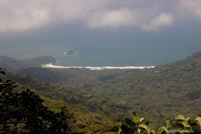 Mirante na estrada tem vista para a isolada Praia de Castelhanos