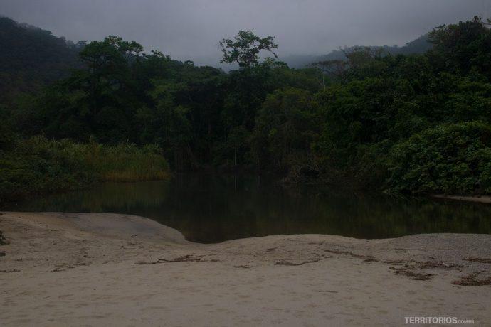 Rio no lado esquerdo da praia