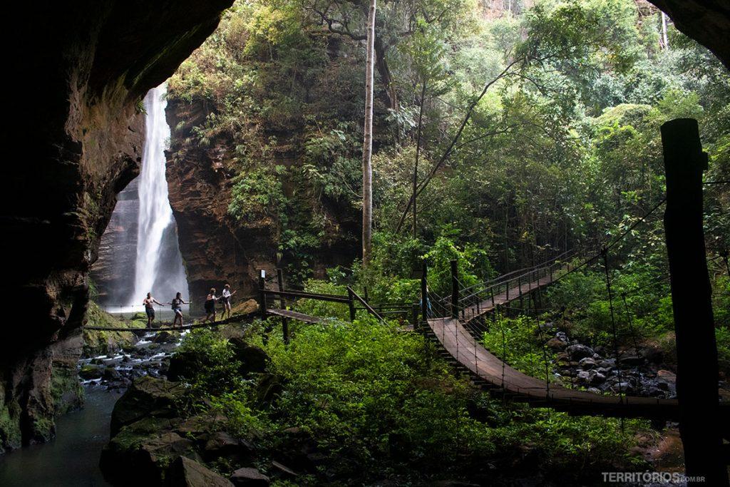 Caminhos por pontes pêncil entre o Poço Azul e Cachoeira de Santa Bárbara