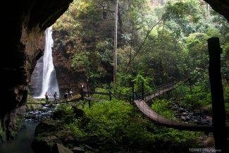 Caminhos por pontes pênseis entre o Poço Azul e Cachoeira de Santa Bárbara