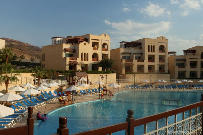 Piscina e apartamentos do The Crown Plaza Dead Sea