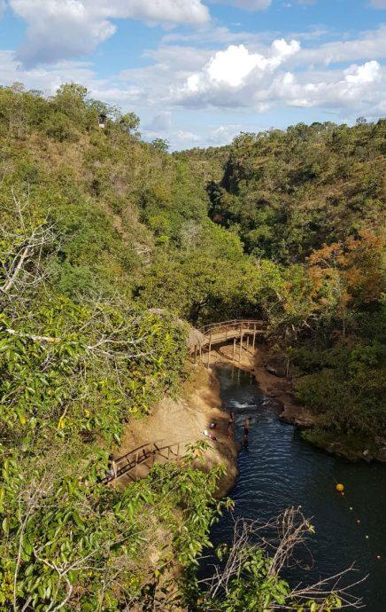 Trilha passando pela Cachoeira Santa Paula