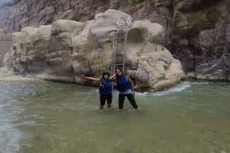 Escada leva até a água