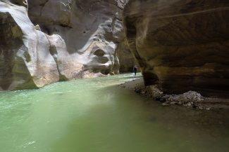 Paredes coloridas e água verde em Wadi Mujib
