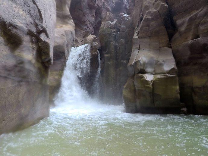 A cachoeira no final esconde uma caverna