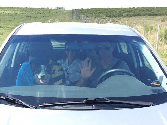 Família com seu cachorro dentro do carro foi quem enviou as dicas para viajar com animal de estimação para o Uruguai