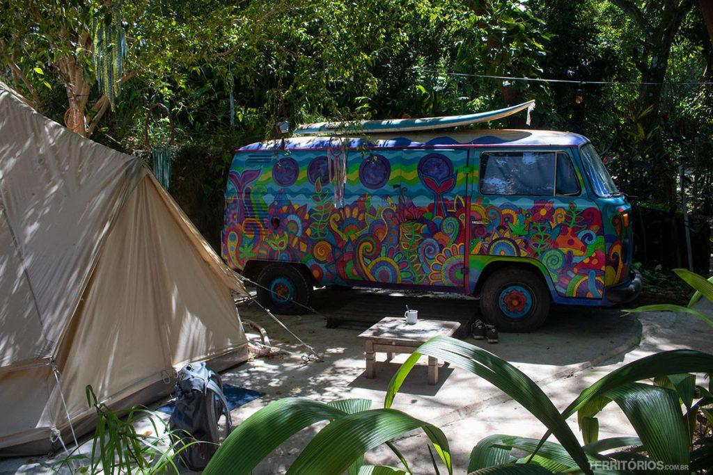 Kombi Hippie está ocupada com colchão de casal, ventilador, espelho, baú e aparador