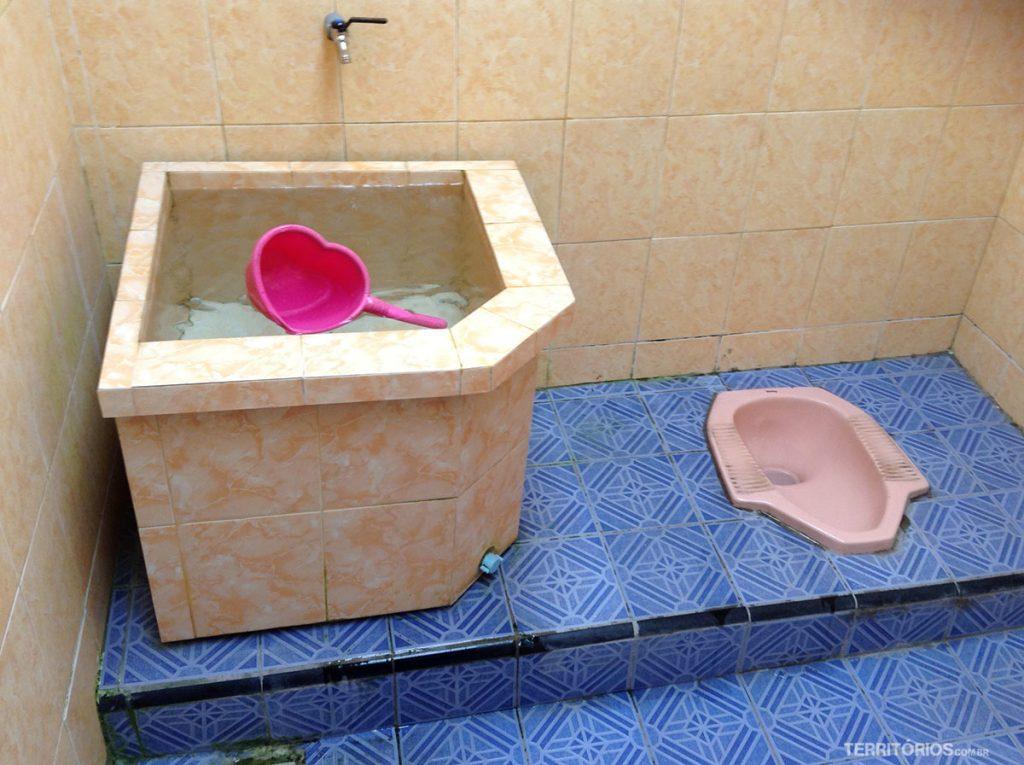 O chamado banheiro turco é comum. Alguns tem descarga, outros o balde fica ao lado
