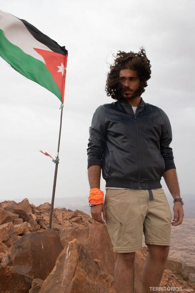 O guia Marwan no ponto mais alto a Jordânia