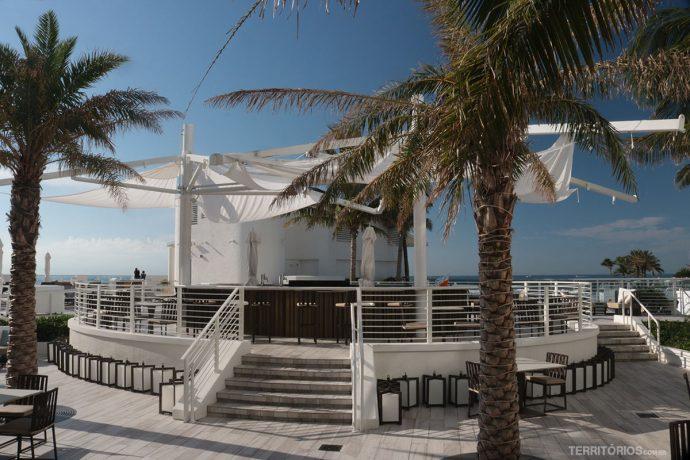Bar na piscina tem vista para o mar