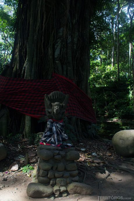 Árvores e estátuas enfeitas na Floresta dos Macacos