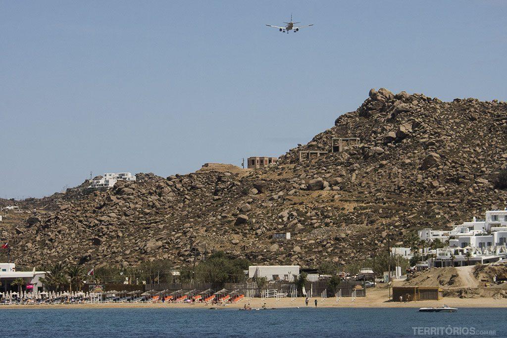 Avião chegando com turistas