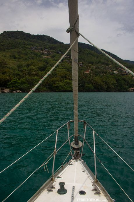 Proa do veleiro da Ilhavela Charters