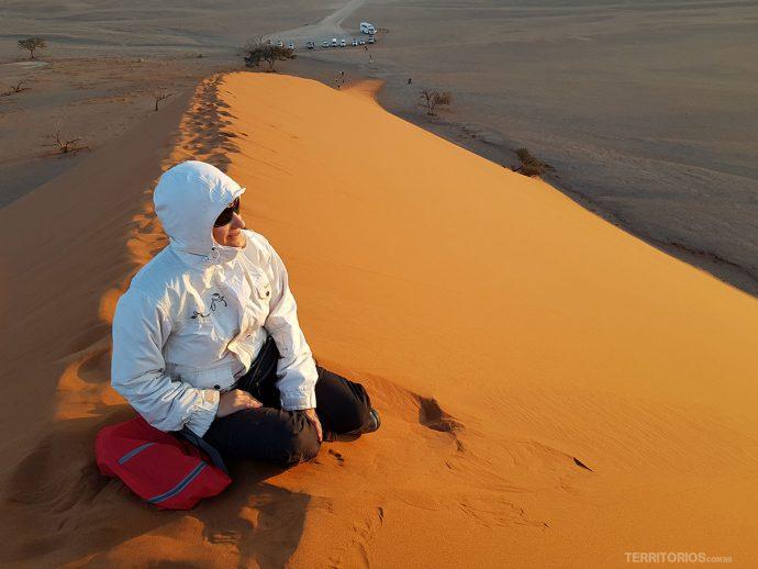 Casaco corta-vento é essencial para viajar pela Namíbia em qualquer época do ano. Na Duna 45 em Sossusvlei