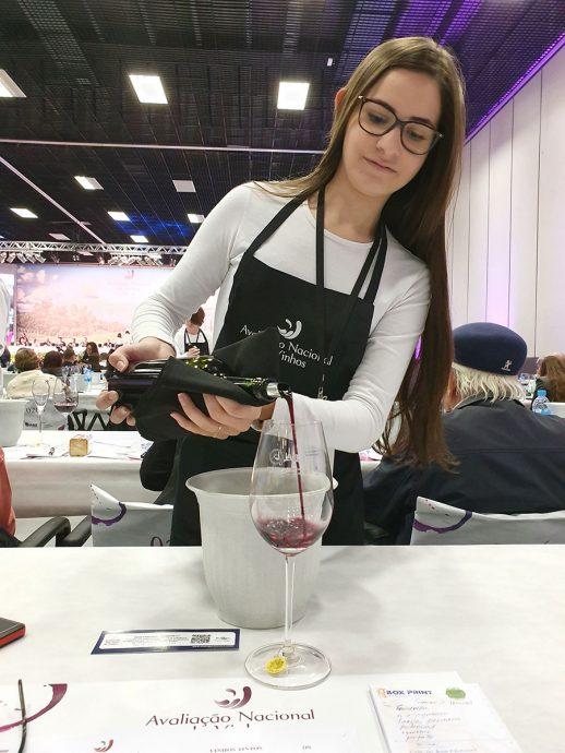 Serviço do vinho por estudantes