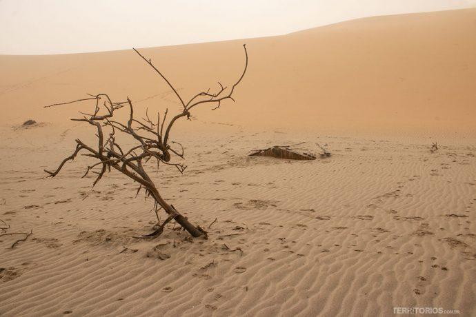 Casa soterrada pelas dunas na costa da Namíbia