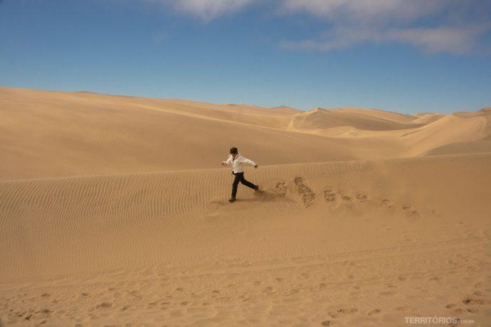 Correndo nas dunas sem fim no deserto da Namíbia