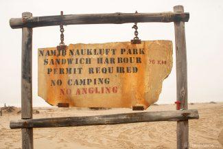 Placa sinalizando o Parque Namíbia Naukluft