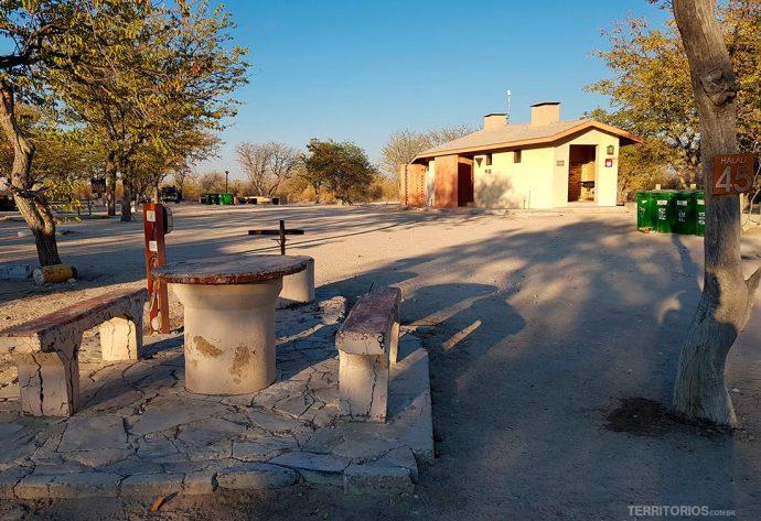 camping na Namíbia, no Halali Safari Camp