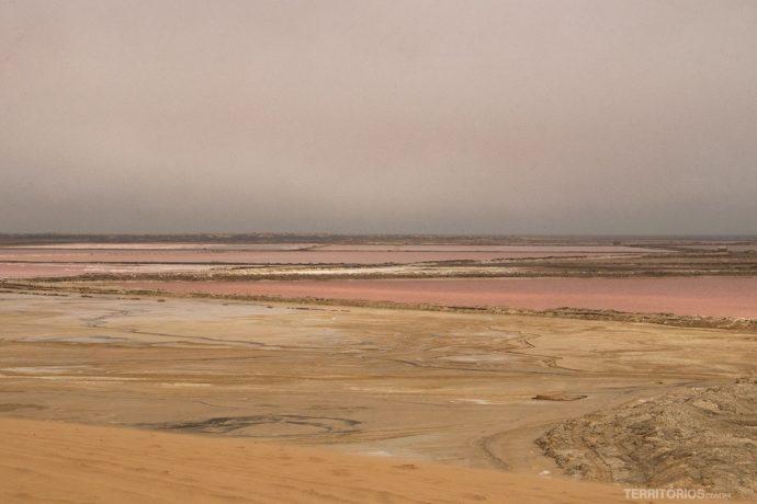 Salinas cor de rosa em Walvis Bay
