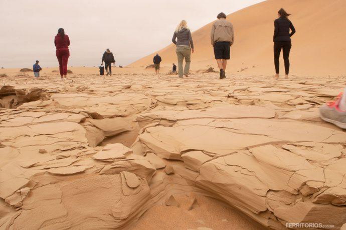 Leito de rio seco entre as dunas da Namíbia