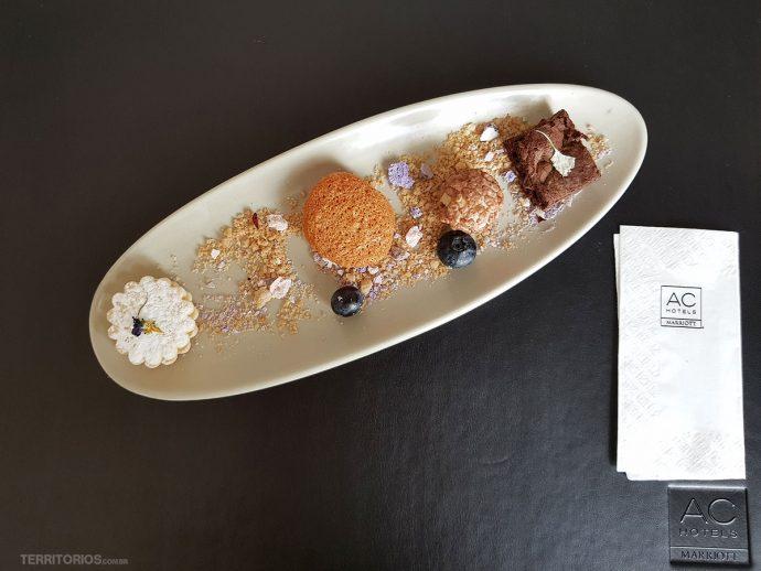 Apresentação de doces delicados no hotel em Lima tem farelo e flores pelo prato