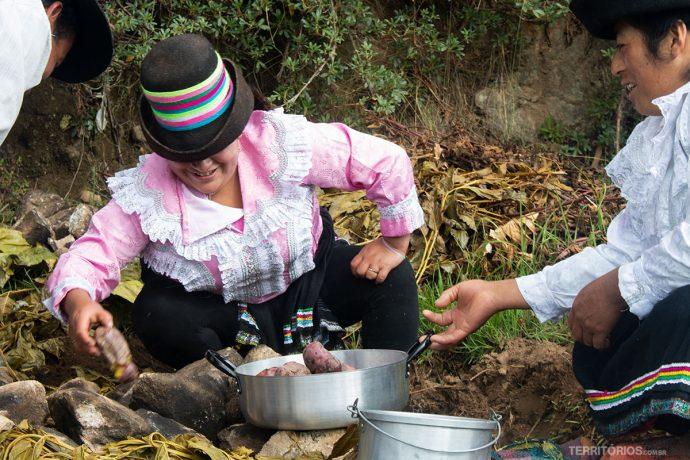 Locais preparando a Pachamanca