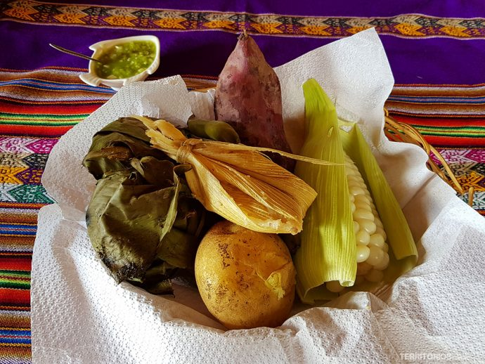 Ingredientes básicos da comida peruana servidos na Pachamanca (experiência com a comunidade rural). Milho, batatas, carnes e vagem.