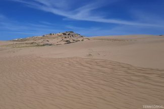 Areia esconde montanhas de rochas