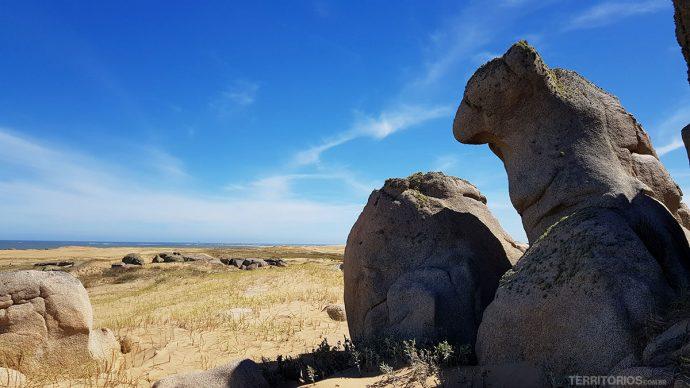 Formações rochosas no caminho pela praia até Cabo Polonio
