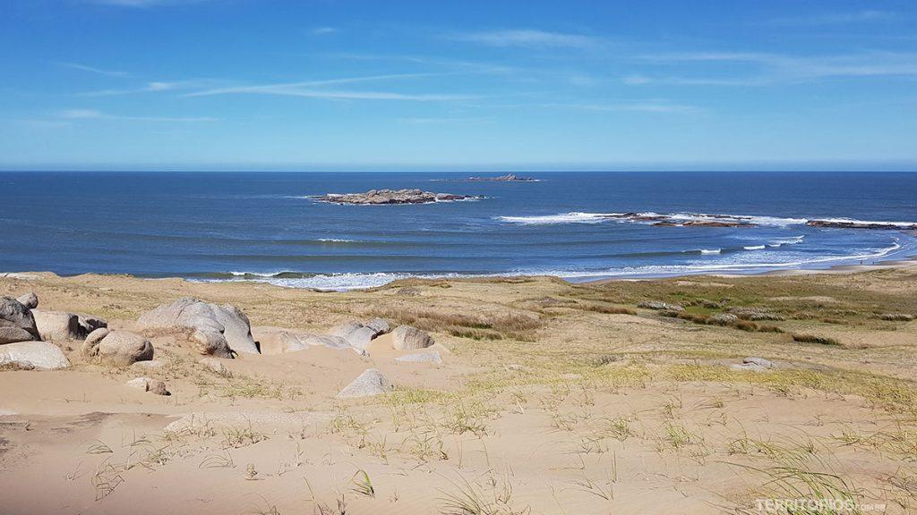 Vista para as ilhas de rocha no como chegar a Cabo Polonio