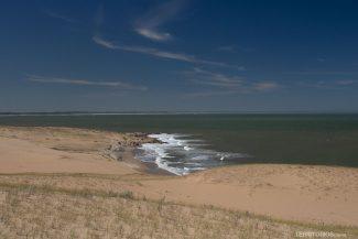 Pequenas praias surgem no litoral recortado