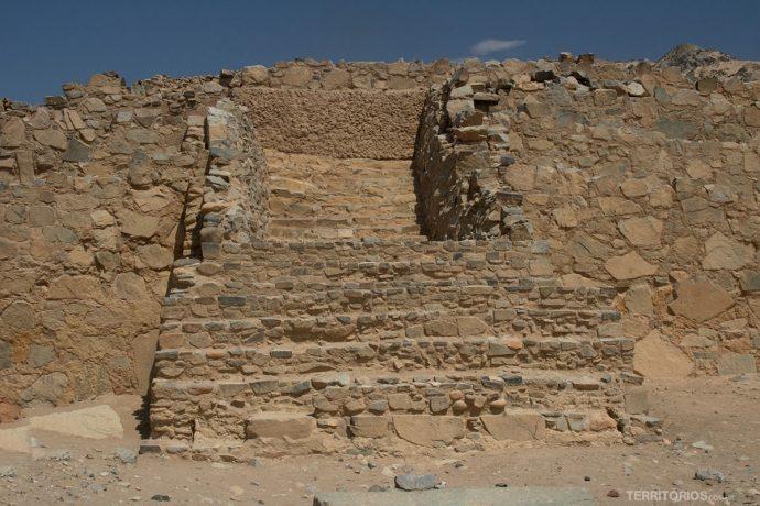 Escada da pirâmide em Caral